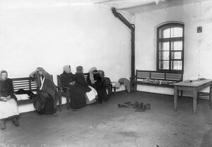 Родственники заключенных в ожидании приема передачи.