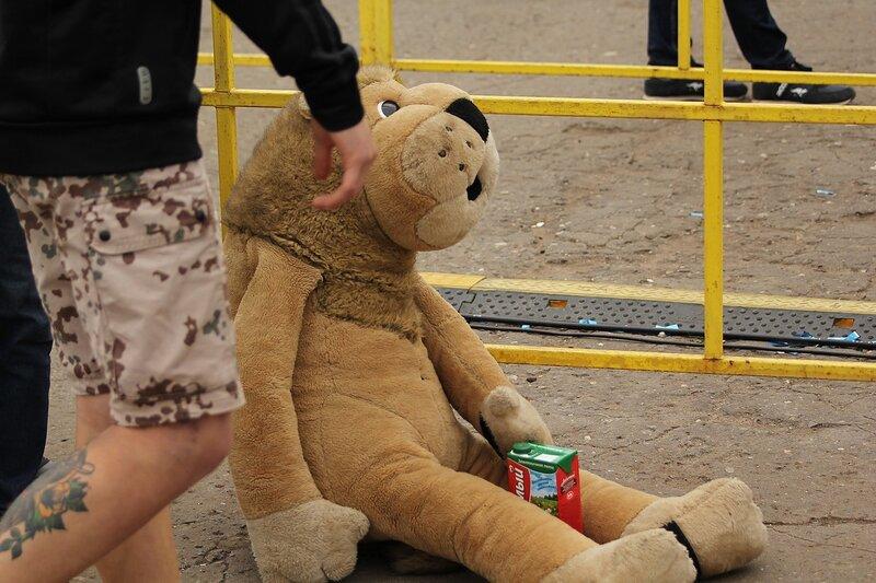 упоротый плюшевый лев, сильно болеющий после вчерашнего и пьющий сок