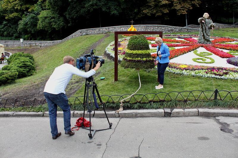 Журналистка у цветочного колокола