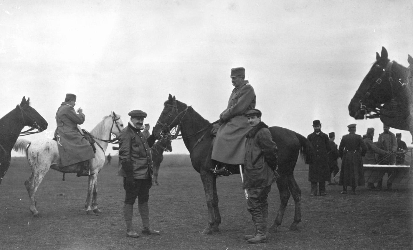Русский летчик Агафонов с принцем Арсеном на Трупальском поле, Сербия, Первая балканская война, 1912-1913 г.г..jpg