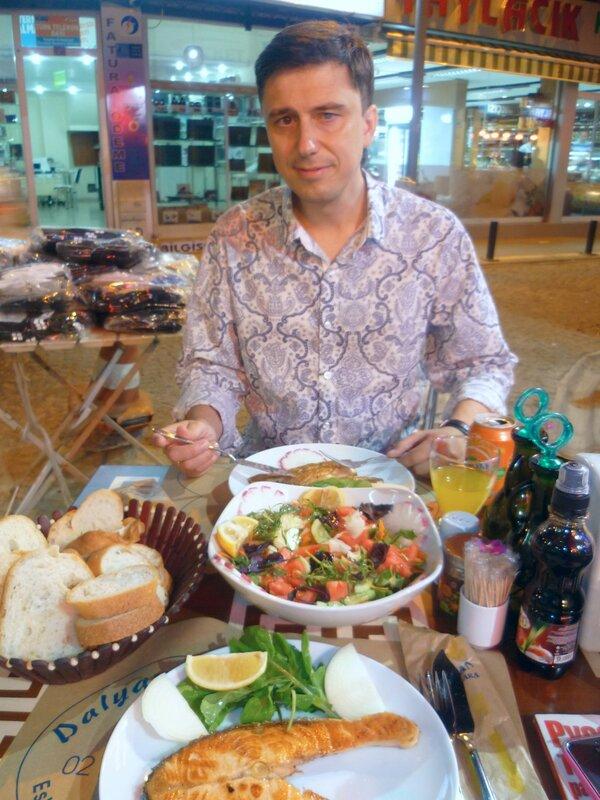 Турция, Стамбул - жареная рыба в кафе (Turkey, Istanbul - fried fish in a cafe).