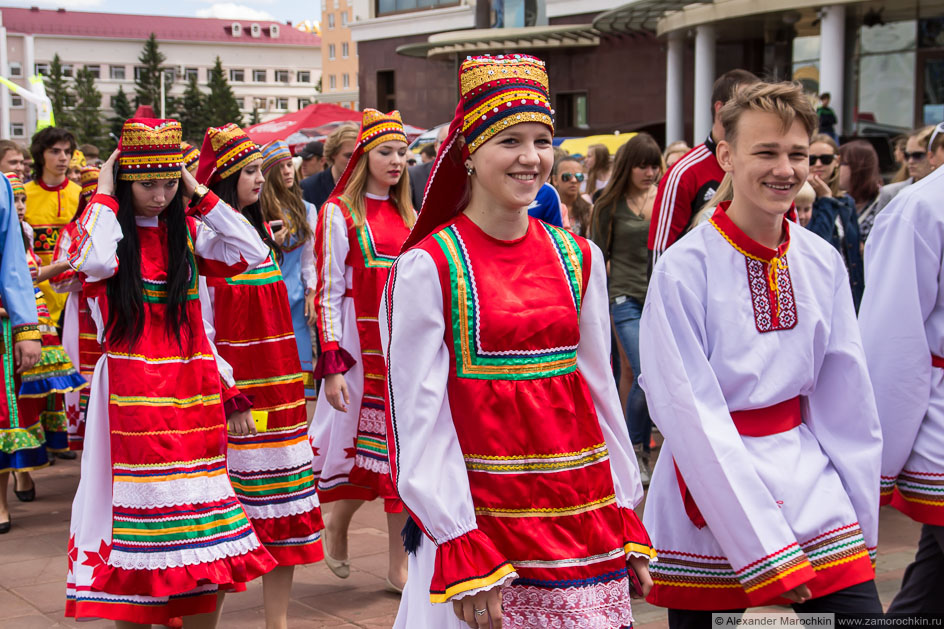 Девушки в национальных костюмах на фестивале болельщиков в Саранске