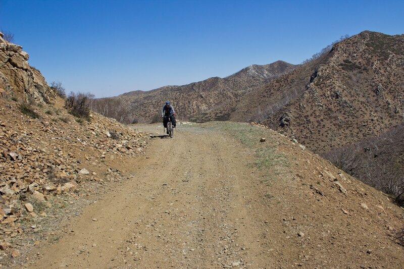 дорога в горах инь шань, внутренняя монголия, китай
