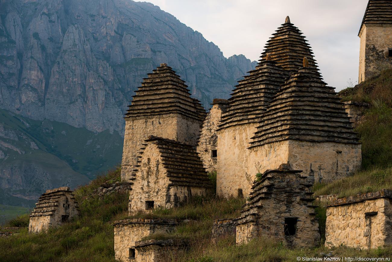 Даргавс - город мертвых склепов, тысяч, склепы, очень, людей, крышами, светом, Осетии, некрополя, Северной, горных, XVIII, Даргавс, почему, относили, Своими, много, вокруг, очертаниями, сторону
