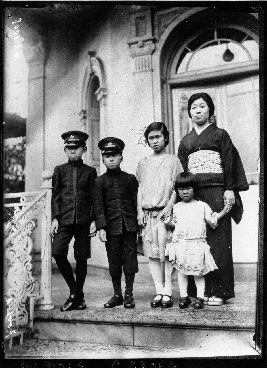 Принцесса Асака, сестра императора Японии и ее дети