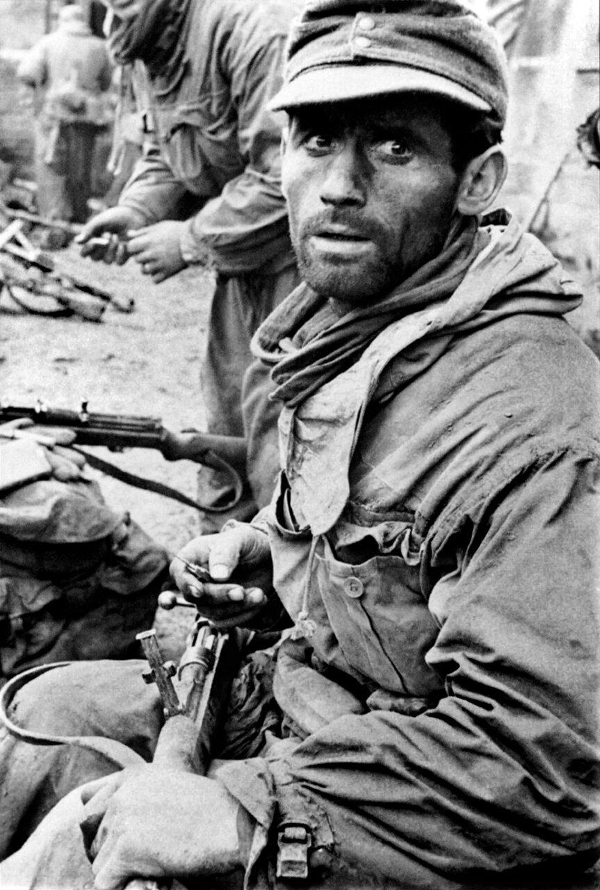1942.Сталинград, немецкий солдат чистит K98 Mauser в перерыве между боями