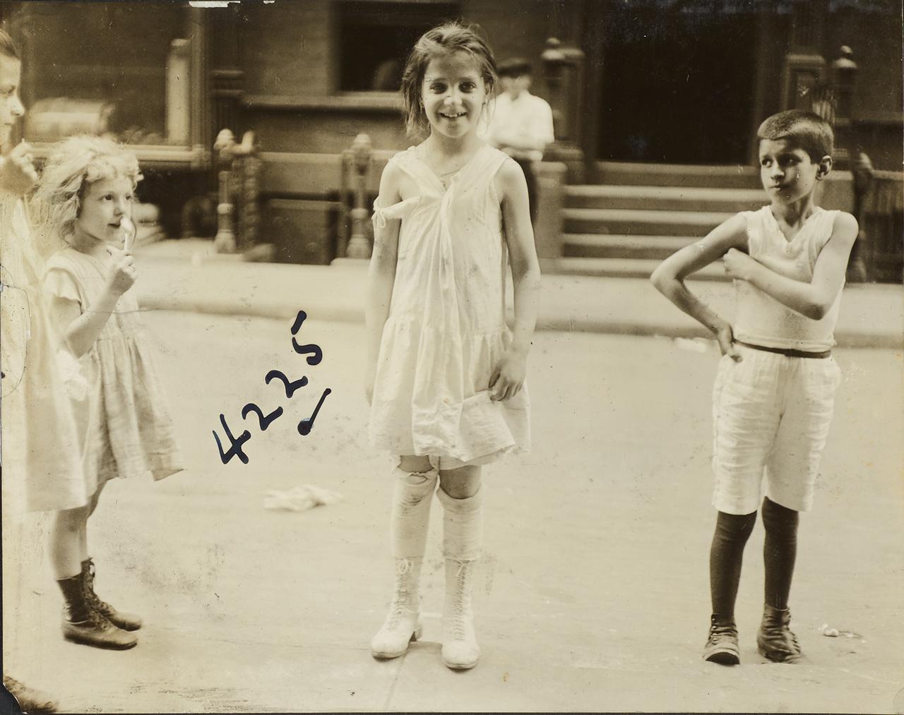 Девочка в рваном платье. 1910