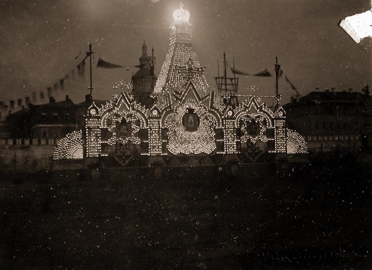 Вид празднично оформленного и иллюминированногои(по проекту архитектора П.С.Бойцова) к торжествам коронации щита, установленного на Театральной площади (снимок сделан в ночное время)