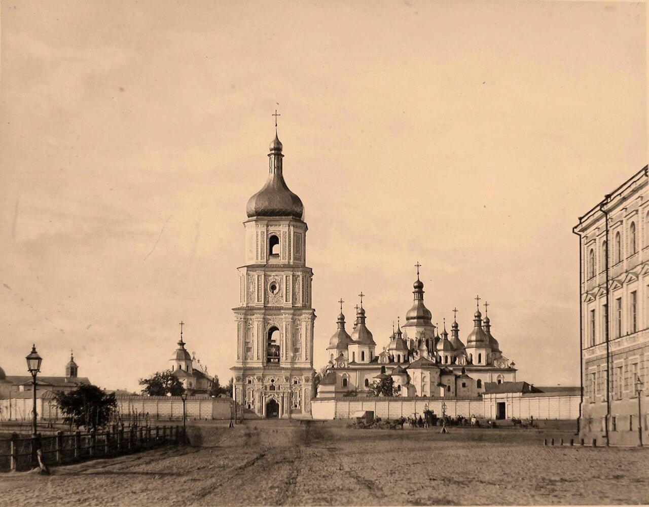 38. Вид Софийского собора (построен в XI в., перестроен на рубеже XVII-XVIII вв.) и колокольни на Софийской площади