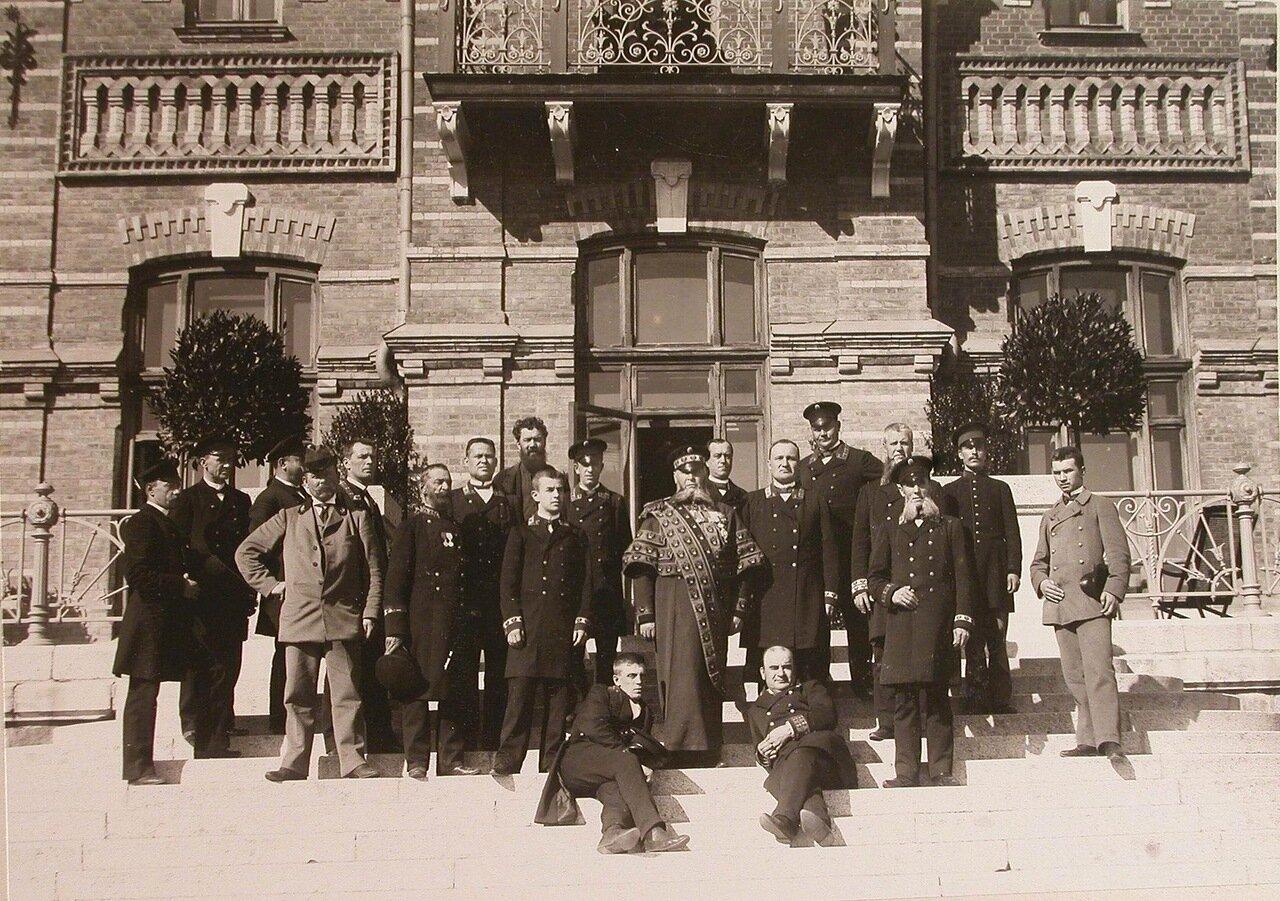 29. Швейцар (в центре) и другие штатные служащие Беловежского дворца у здания дворца