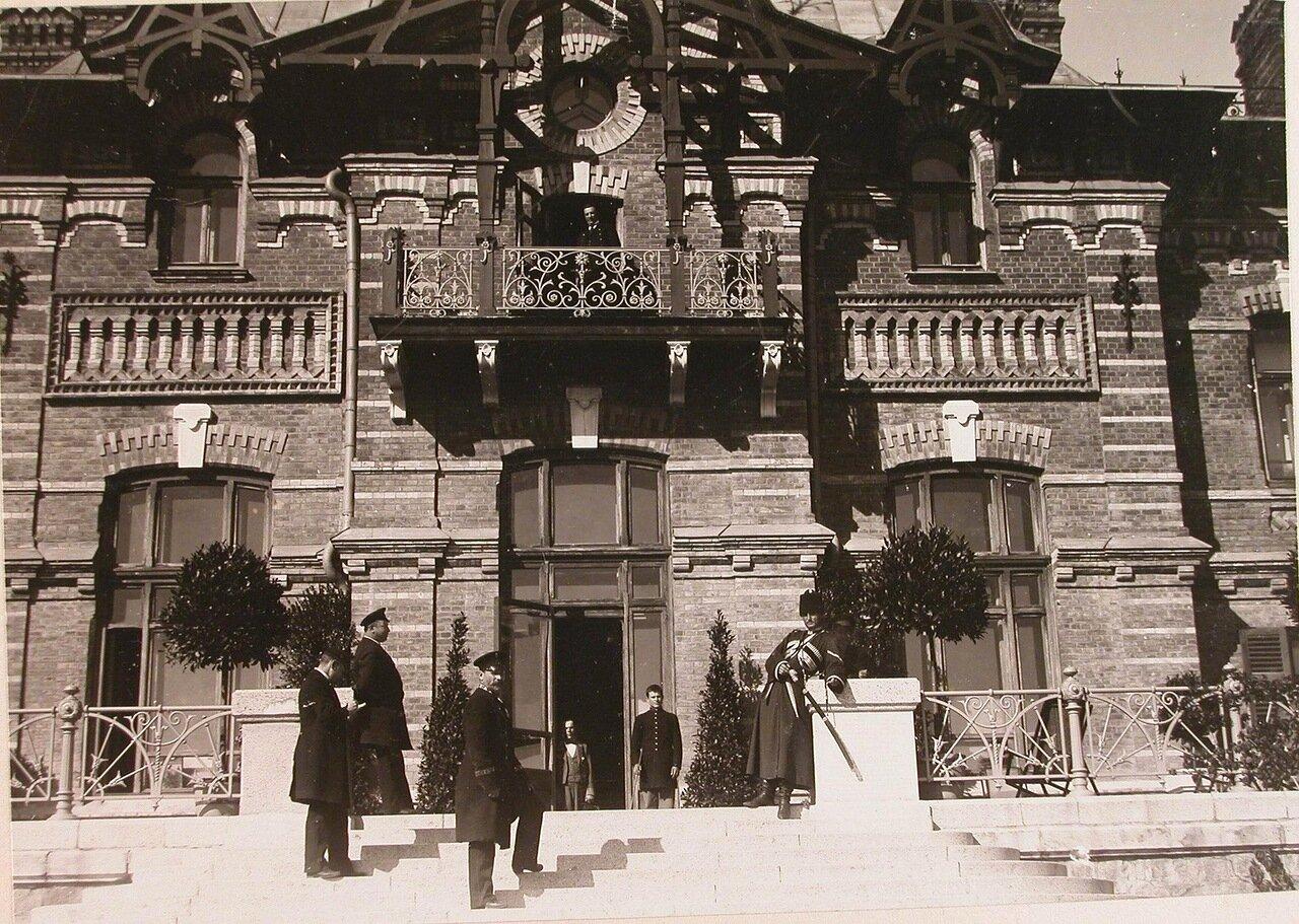 31. Группа штатных служащих Беловежского дворца у входа во дворец