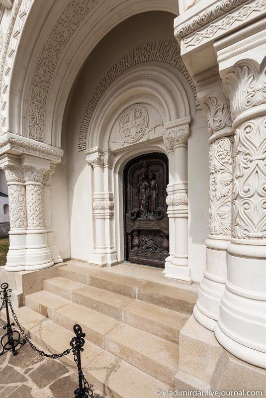 Литые двери мавзолея Д.М. Пожарского