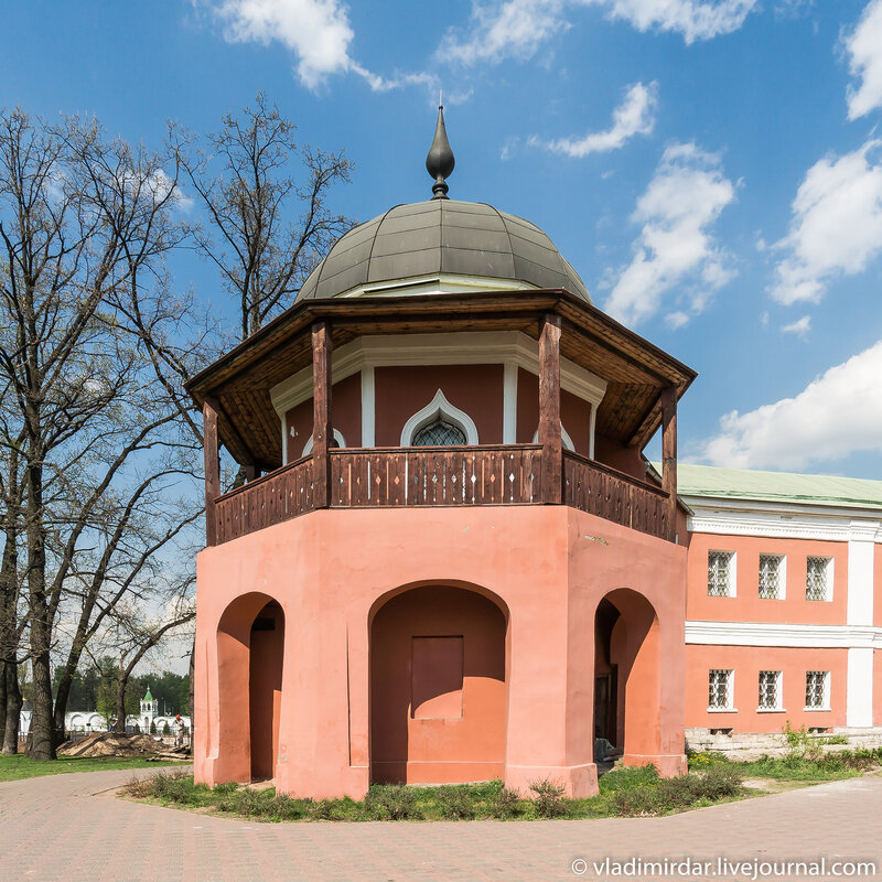 Башня-беседка, пристроенная к церкви Успения Богородицы в Николо-Угрешском монастыре