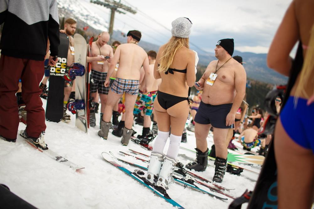 Рекорд России по массовому спуску в купальниках установили в Шерегеше
