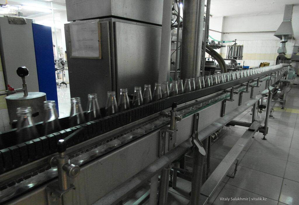 Пустые бутылки для джин тоника на заводе Бахус в Алматы