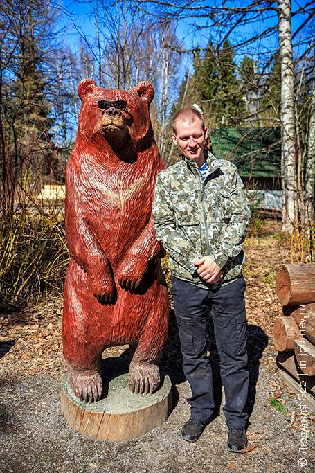 деревянная скульптура медведя в заповеднике Кивач