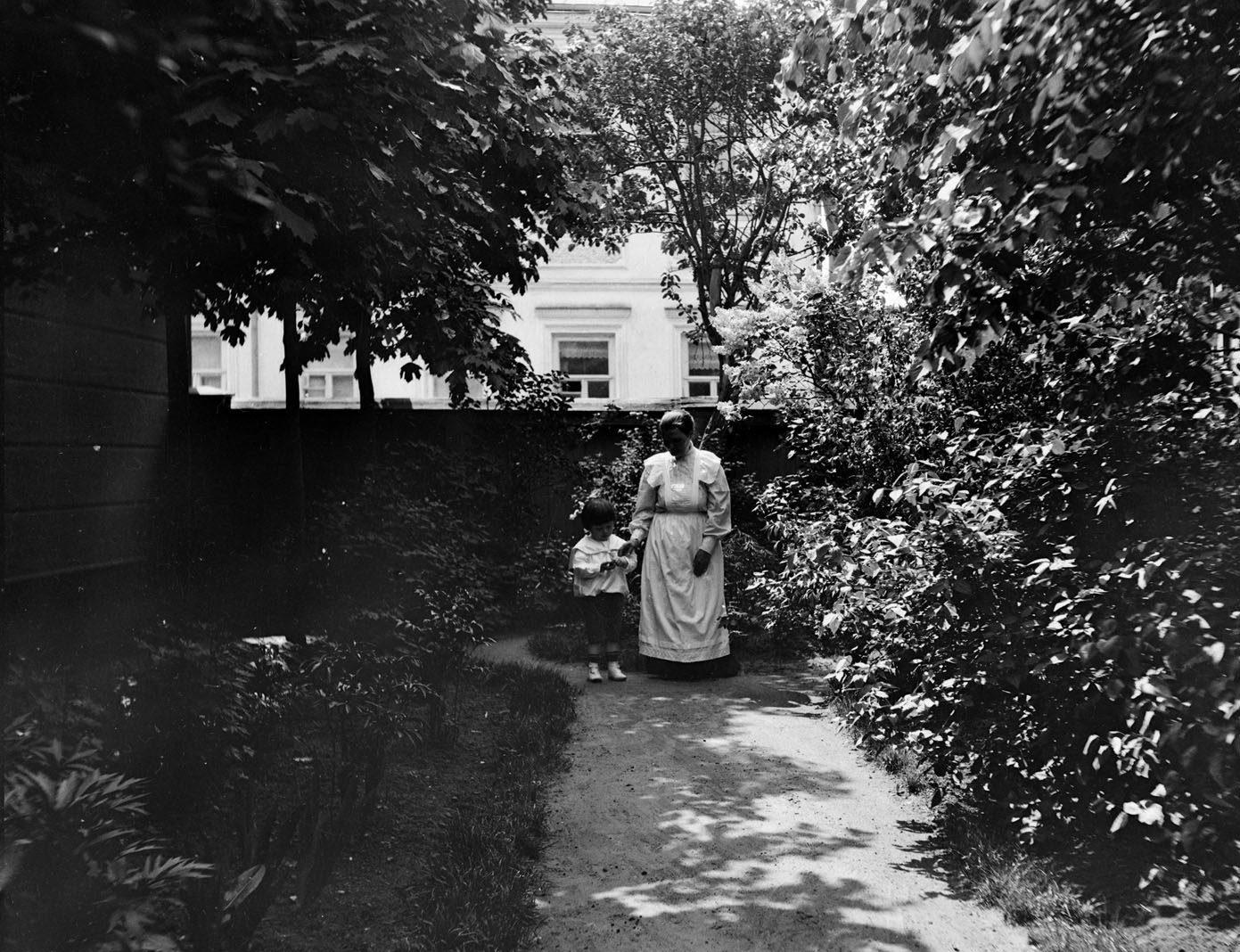Прогулка с няней в саду во дворе владения № 4 по Малому Толстовскому переулку