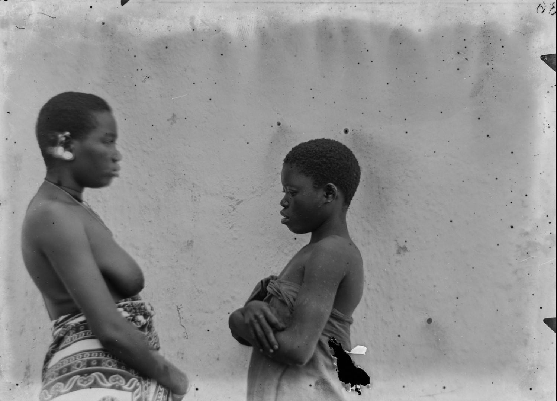 94. Антропометрическое изображение женщины и девушки