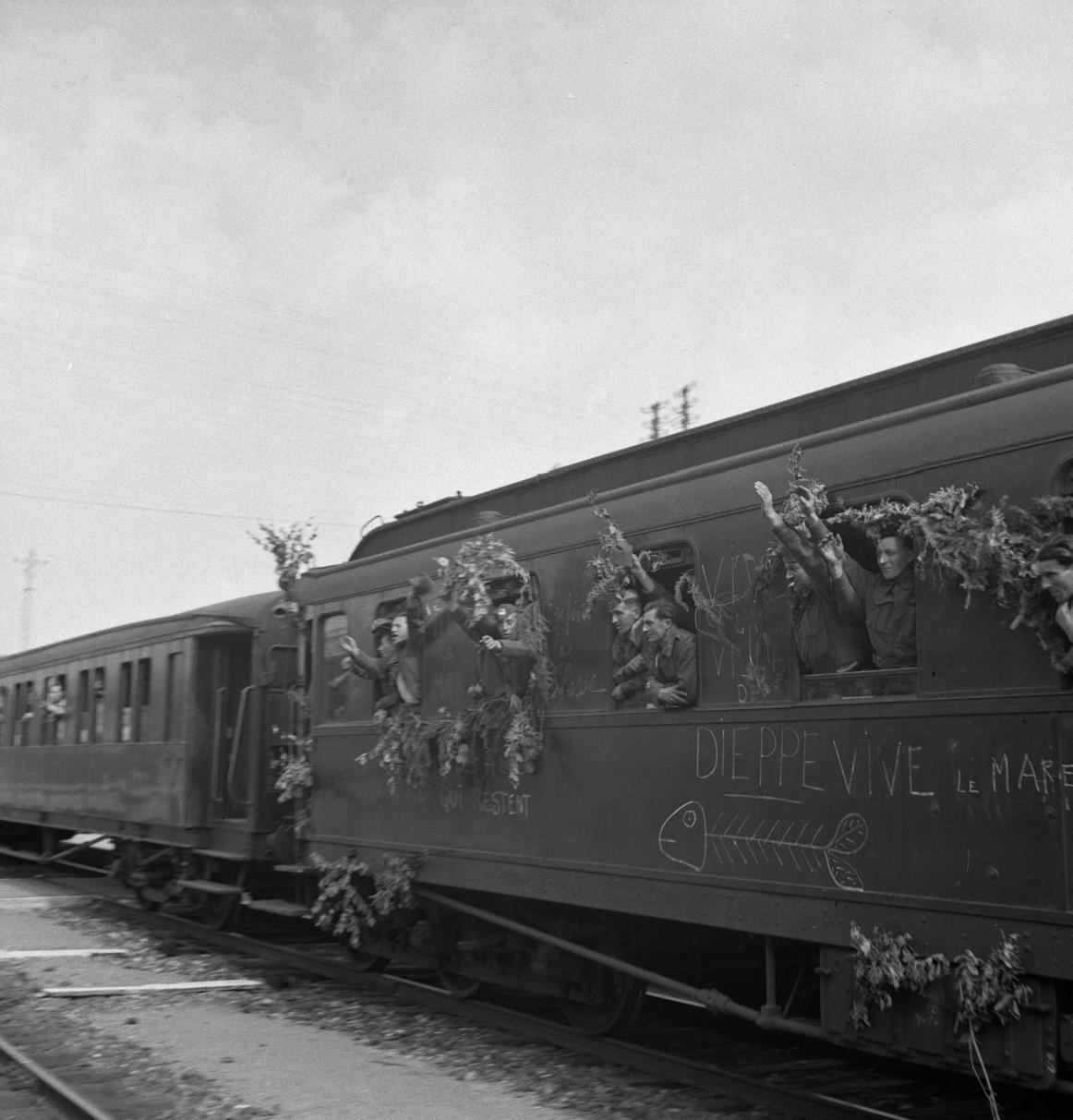 12. Прибыл поезд с освобожденными на станцию