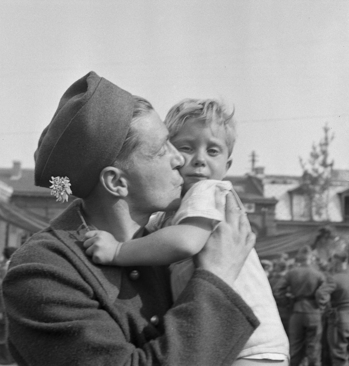 35. Маленькая девочка, у которой британцы убили мать в Дьеппе, с Жаком Чарру