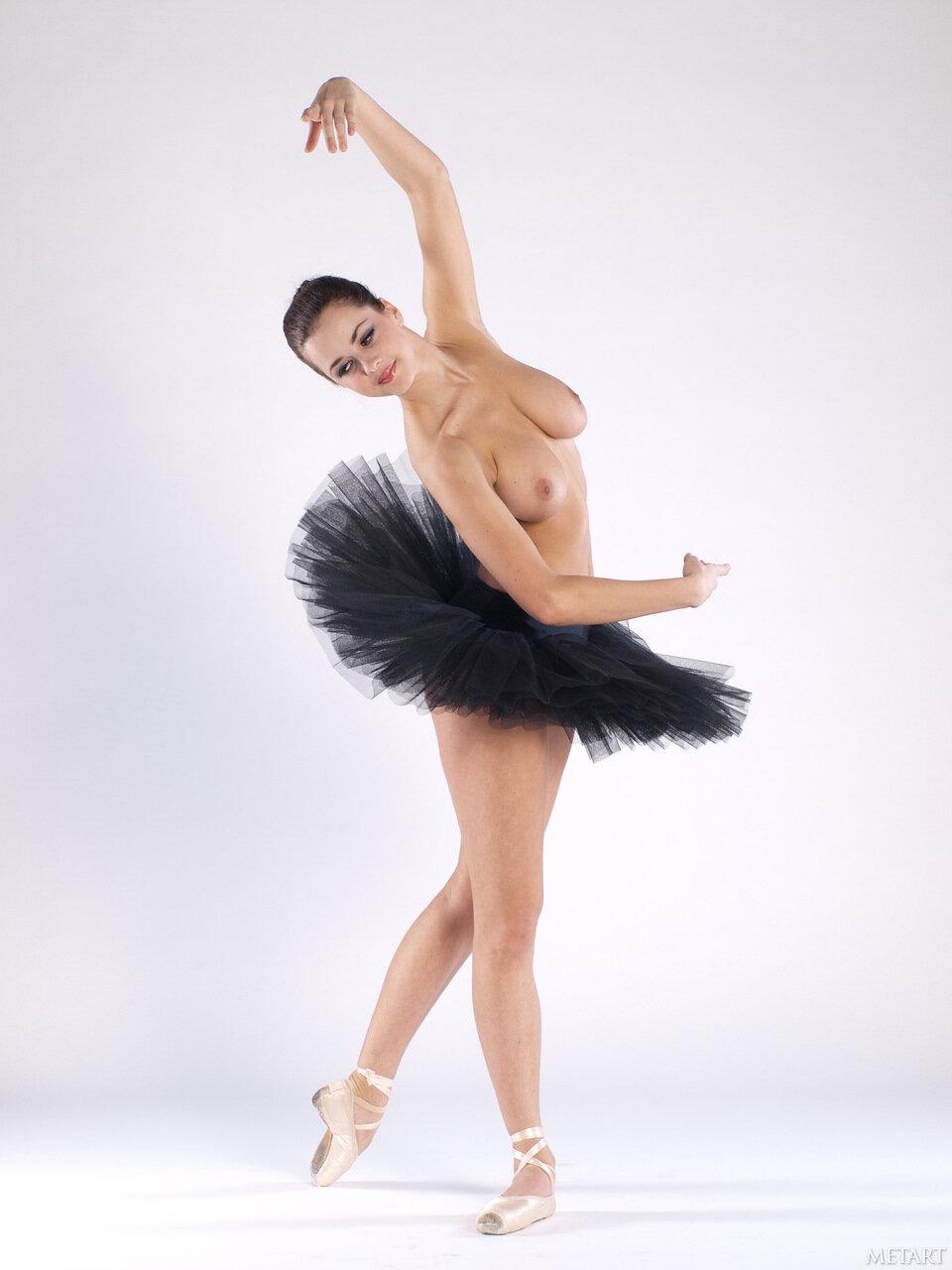 Откровенная фотосессия начинающей балерины