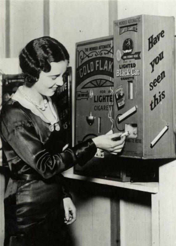 Автомат для продажи уже прикуренных сигарет, 1930-е года.jpg