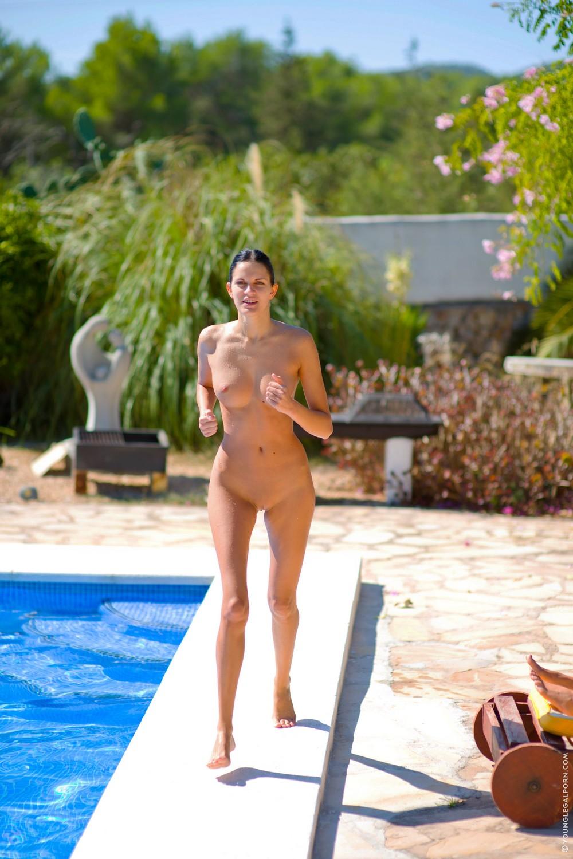 Голая Миа делает зарядку возле бассейна