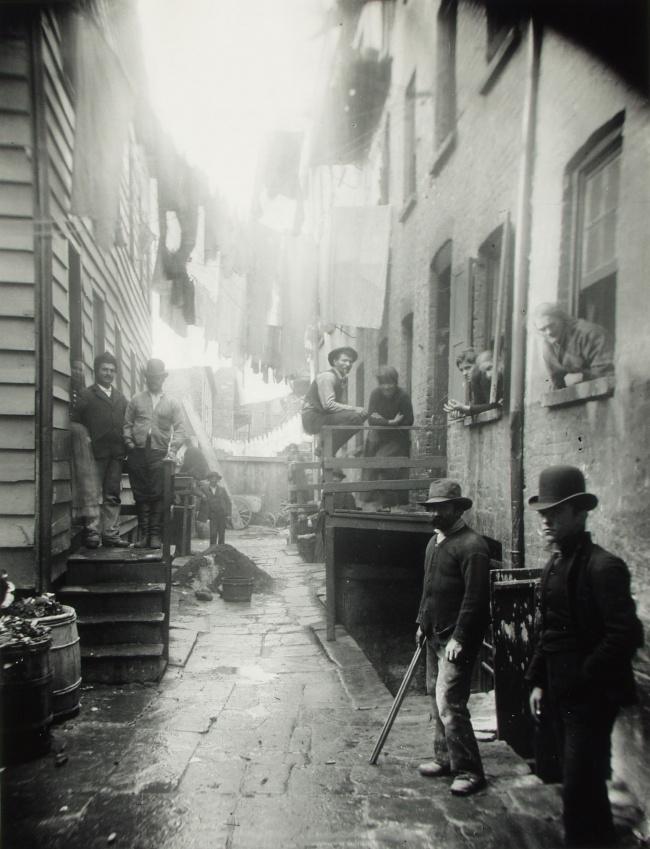 © americanyawp  Продавцы дешевой рыбы врайоне Сент-Джайлс. Лондон, Англия, 1887 год