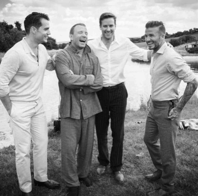 © Eastnews  Гай Ричи (впижаме) сДэвидом Бекхэмом (справа) идругими друзьями веселится нама