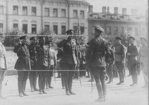 Командующий Петроградским военным  округом генерал О.П.Васильковский принимает рапорт от командира запасного батальона.