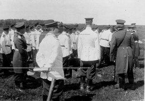 Группа офицеров и солдат на маневрах  Саперного батальона (второй справа , спиной - великий князь Михаил Александрович ).