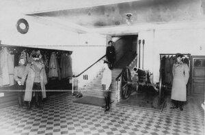 Вестибюль и парадная лестница казармы бригады.