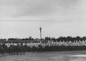 Император Николай II объезжает строй   полка по случаю  200-летнего юбилея.