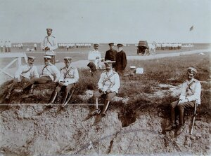 Группа офицеров во время отдыха на летних маневрах.