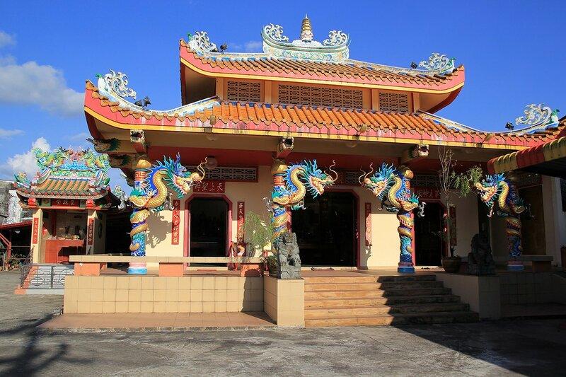 Китайский конфуцианский храм, украшенный цветными драконами в старом городе Такуа Па, Таиланд