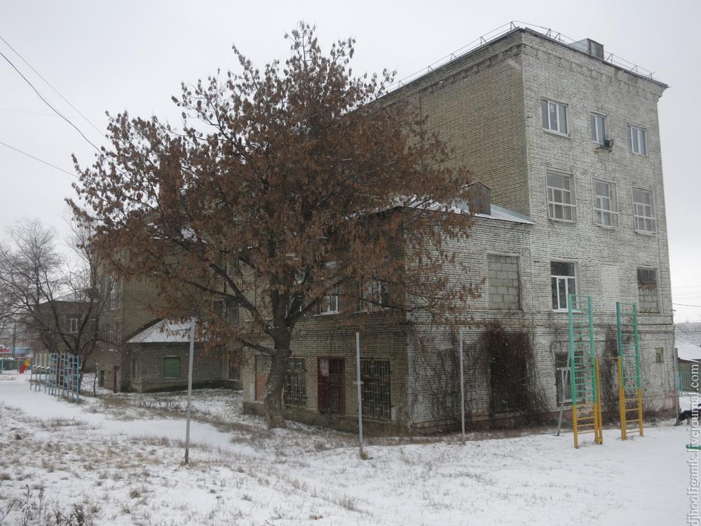 Украшение лестниц и пролетов в здании школы к новому году