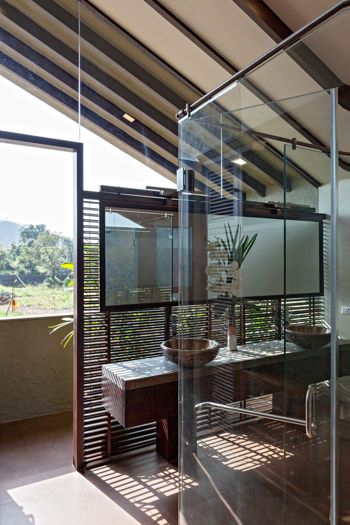 Monsoon Retreat, Abraham John ARCHITECTS, особняки в Индии, частный дом в Махараштра, покатая крыша, панорамное остекление частного дома