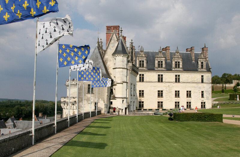 вид на замок Амбуаз в профиль (на первом плане флаги Королевской Франции и Бретани)