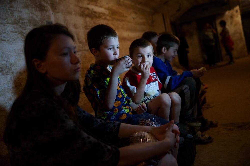 2 июля 2014 - Жители Краматорска в бомбоубежище.jpg