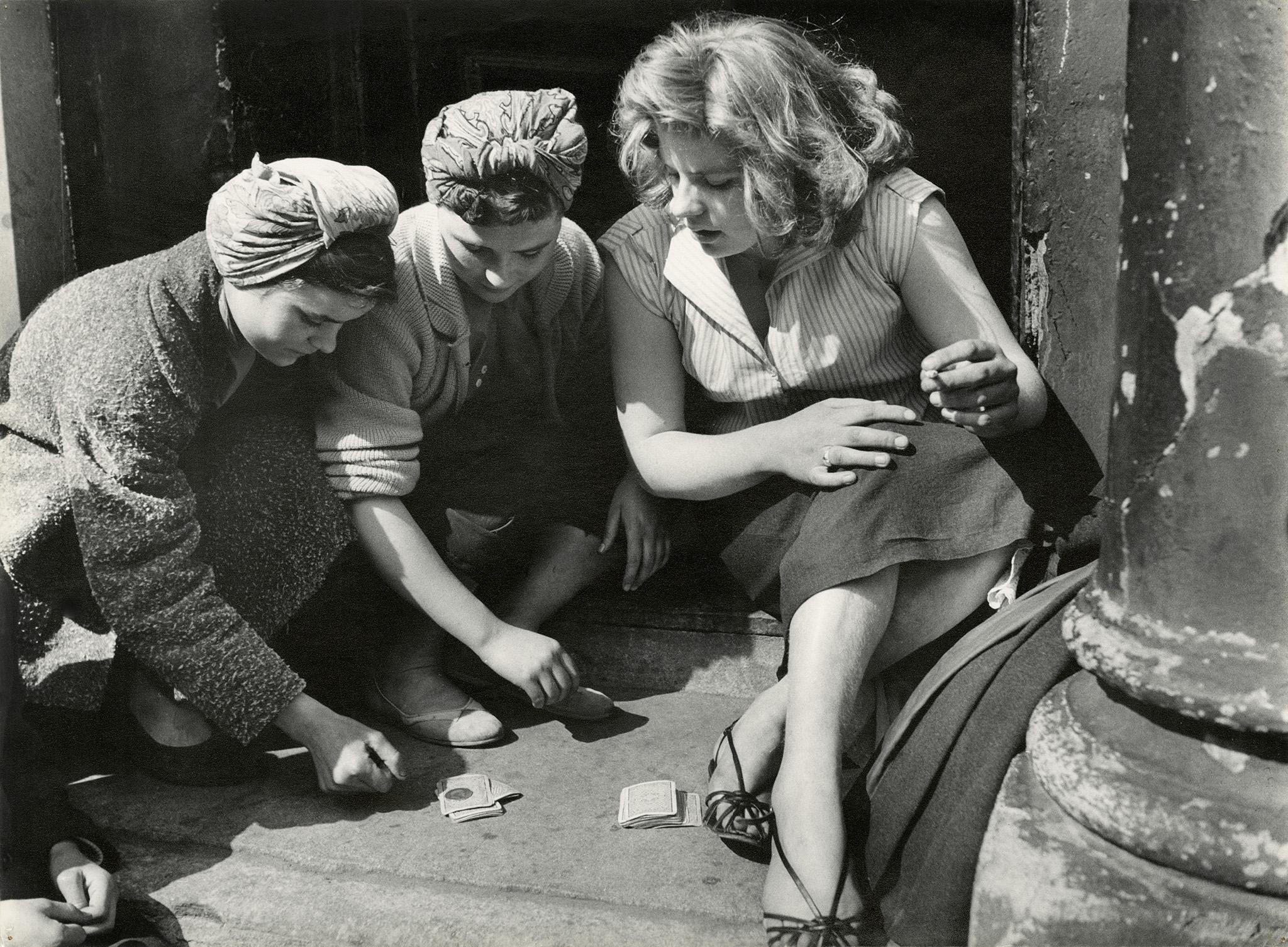 1956. Девушки за игрой в карты, Соутхэм стрит,Лондон