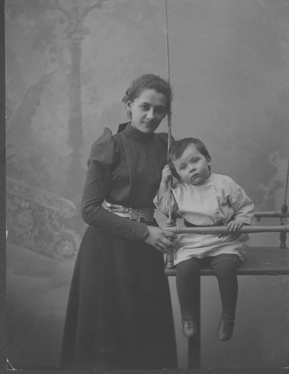 Е. П. Пешкова, жена А. М. Горького, с сыном Максимом  г. Нижний Новгород.  1900.