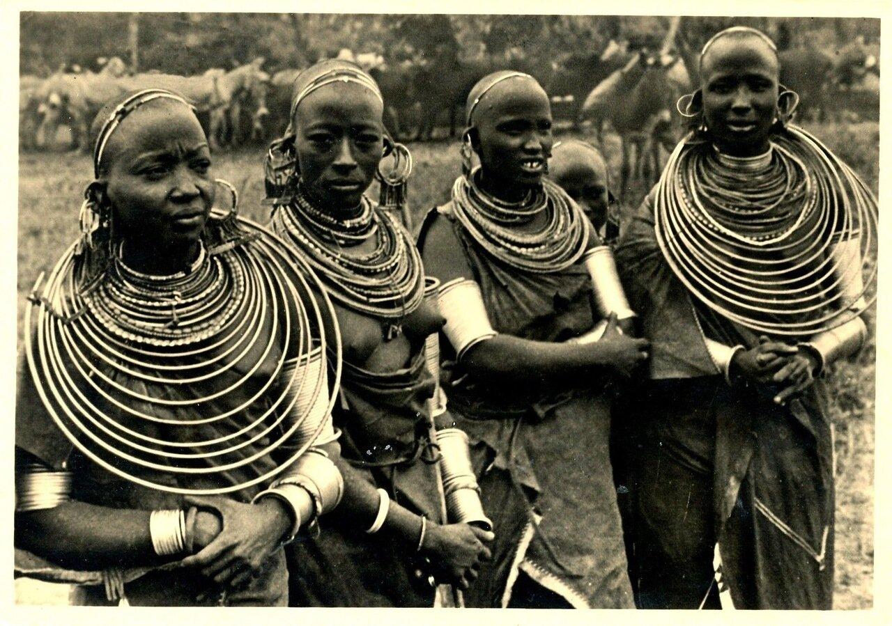 Девушки масаи в национальных костюмах, 1940