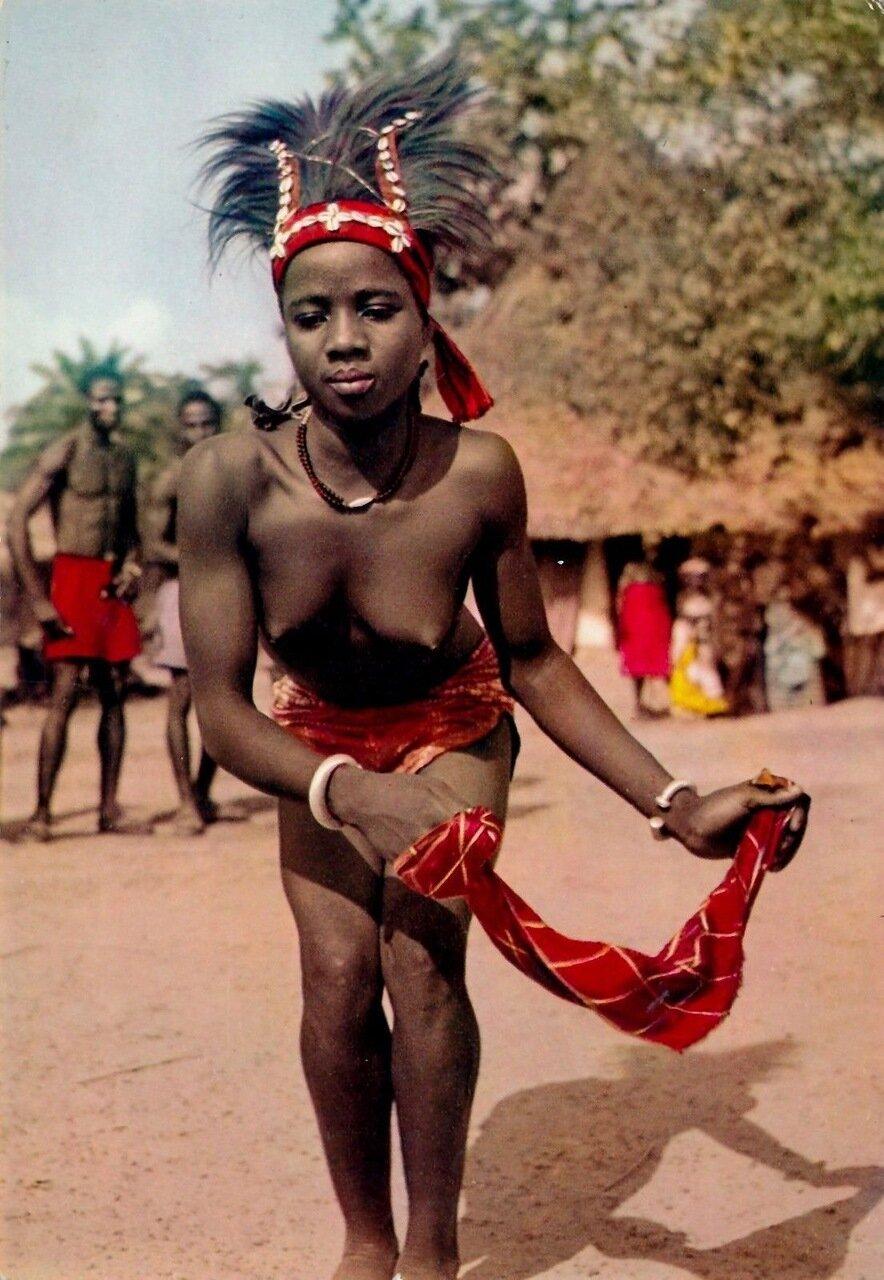 Девушка танцует в ангольской деревне