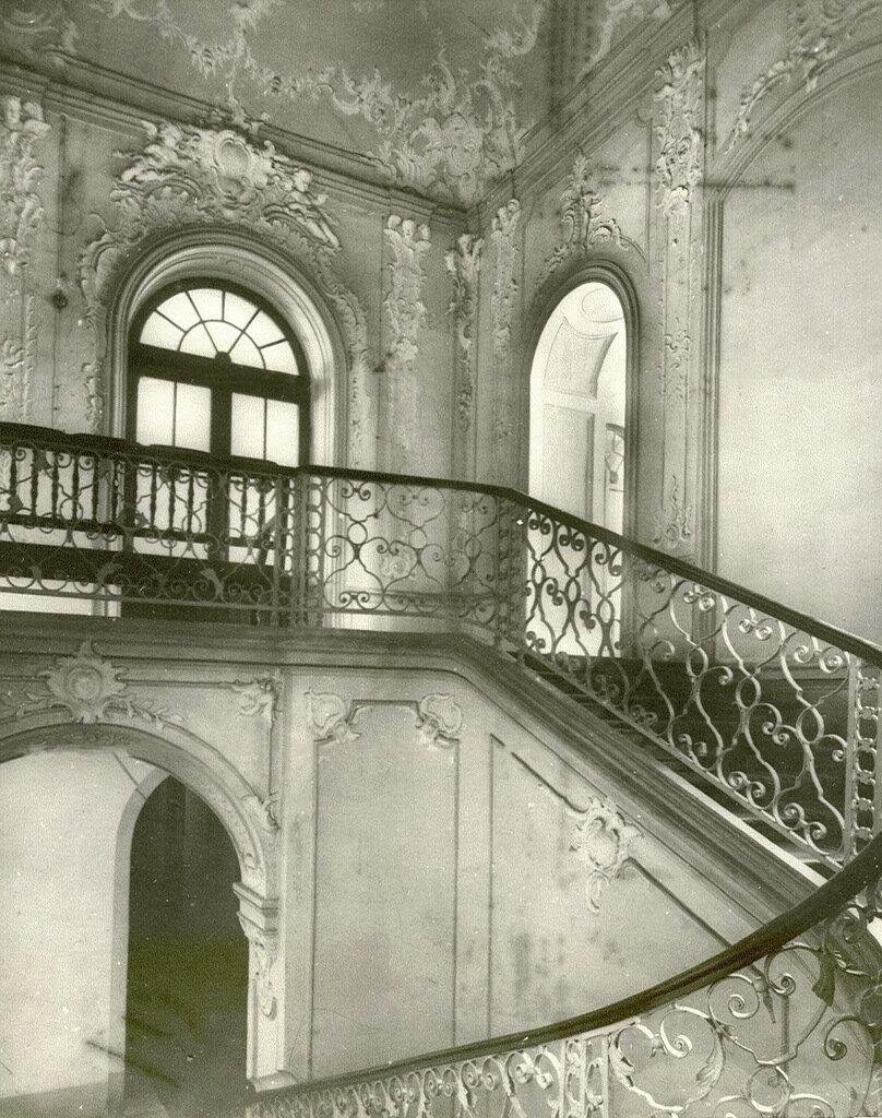28. Лестница, ведущая к актовому залу Вдовьего дома (северный корпус монастыря)