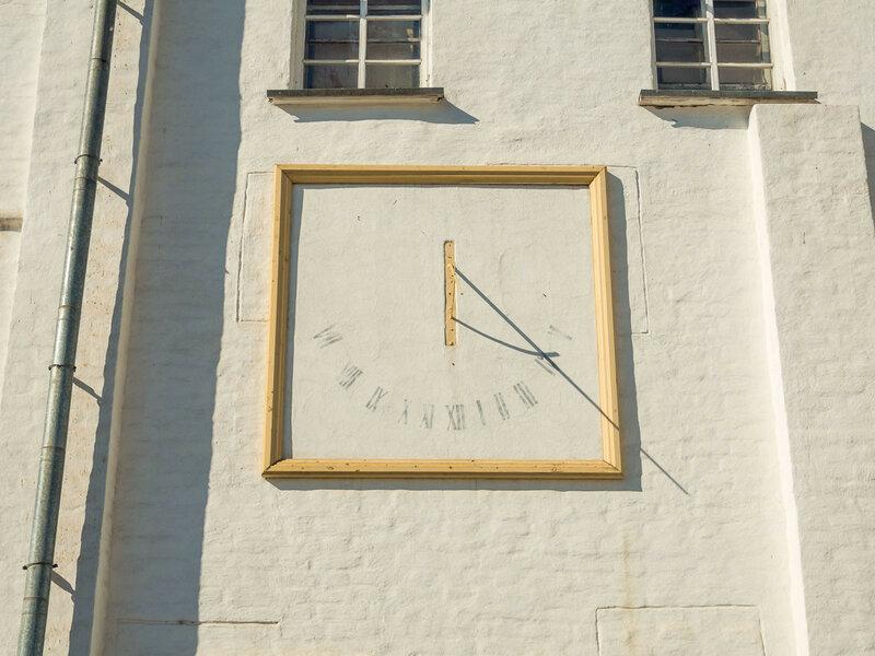 Солнечные часы, снято в 16:18.