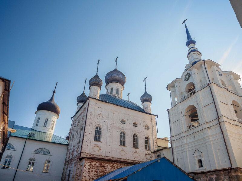 Никольская церковь с колокольней. Построена в 1832-1834 гг. на месте каменного храма XVI века, разобранного из-за ветхости.