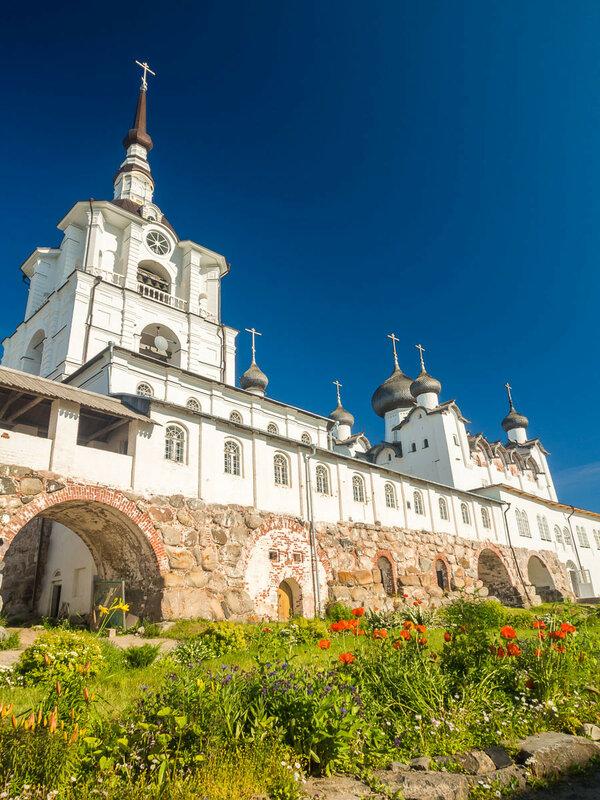 Колокольня и Спасо-Преображенский собор (1558-1566 гг.).