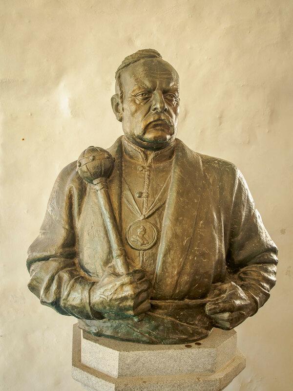 Бюст Петра Кальнышевского, последнего кошевого атамана Запорожской Сечи, также погребённого здесь.