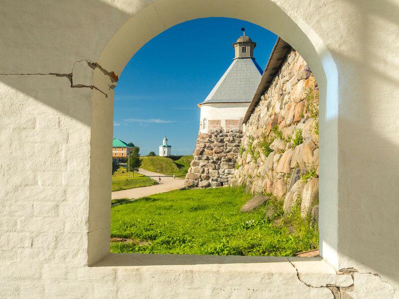Успенская башня и Петропавловская часовня позади.