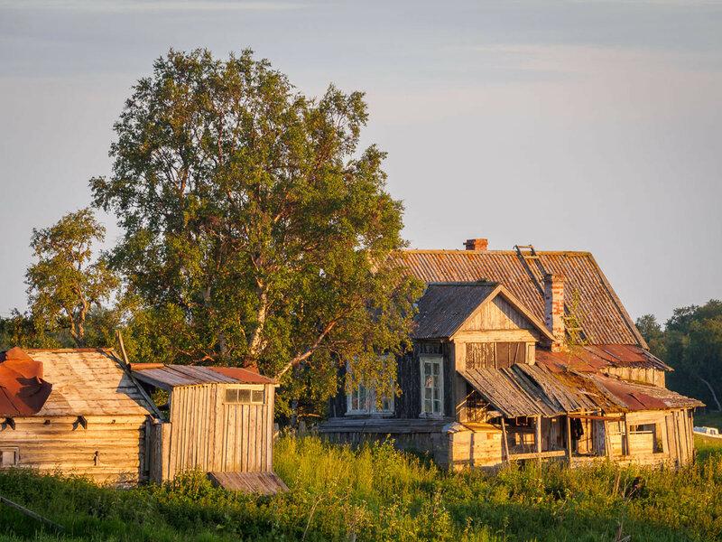 мимо покосившихся деревянных домиков